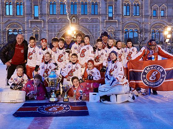 НаКрасной площади дети играют в российский хоккей напризы патриарха