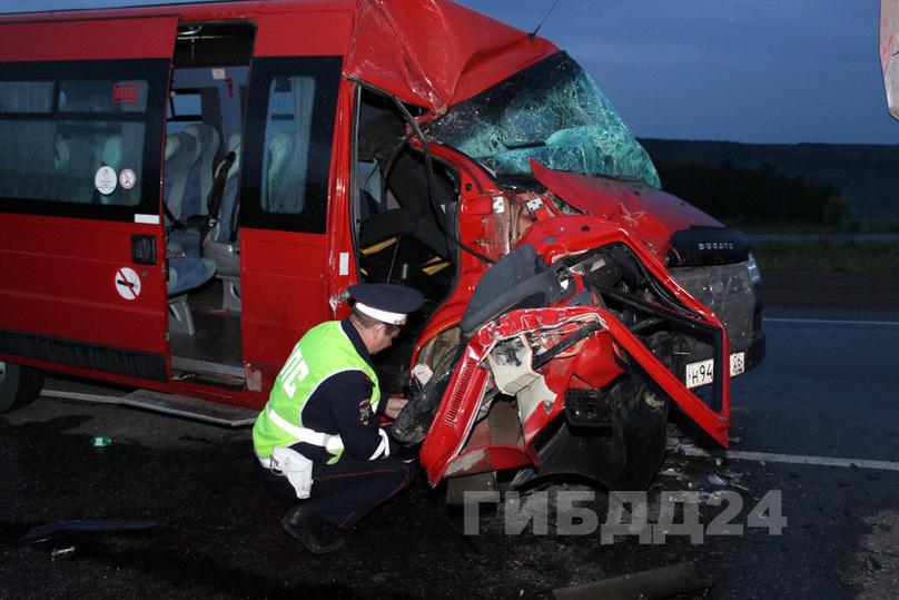 В итоге столкновения фургона иавтобуса вКрасноярском крае пострадали 5 человек